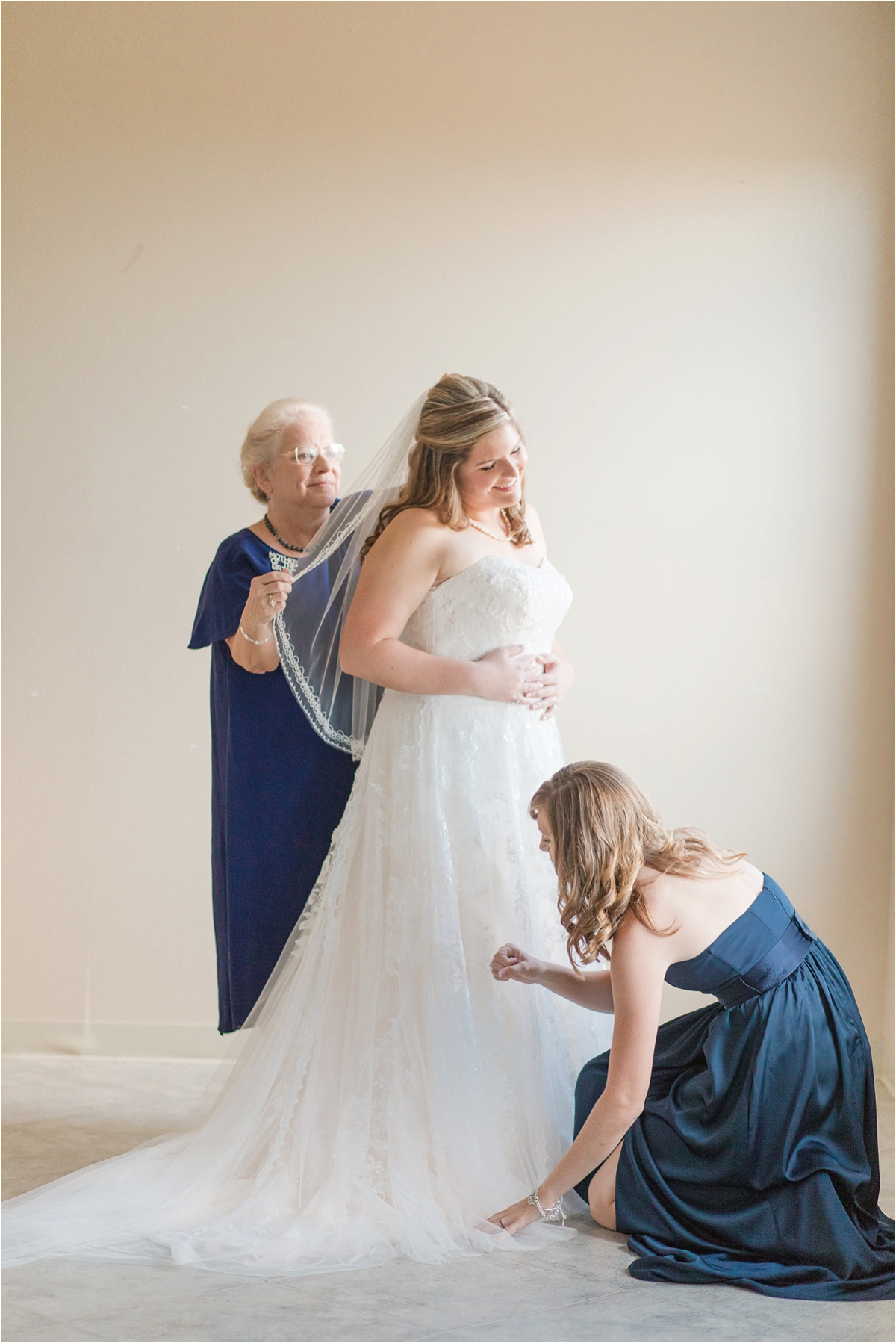 wedding-day-precious-moments-bride-sister-mother-getting-ready