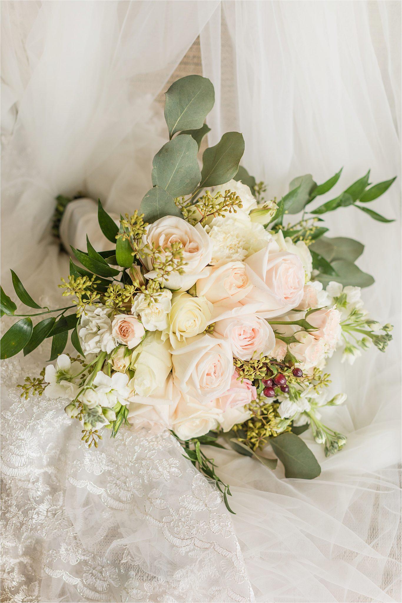 Wedding details-bouquet-Wedding florals-white-pink-roses