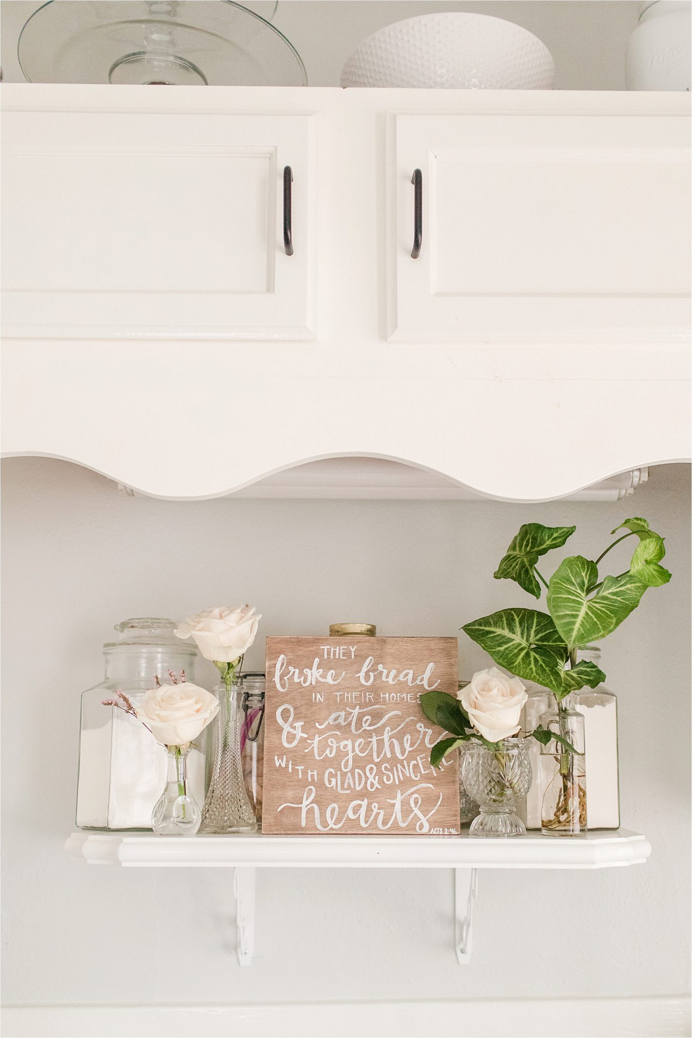 house to home-details-decorating-ideas-simple-flowers-fresh-family-signs-decor-white