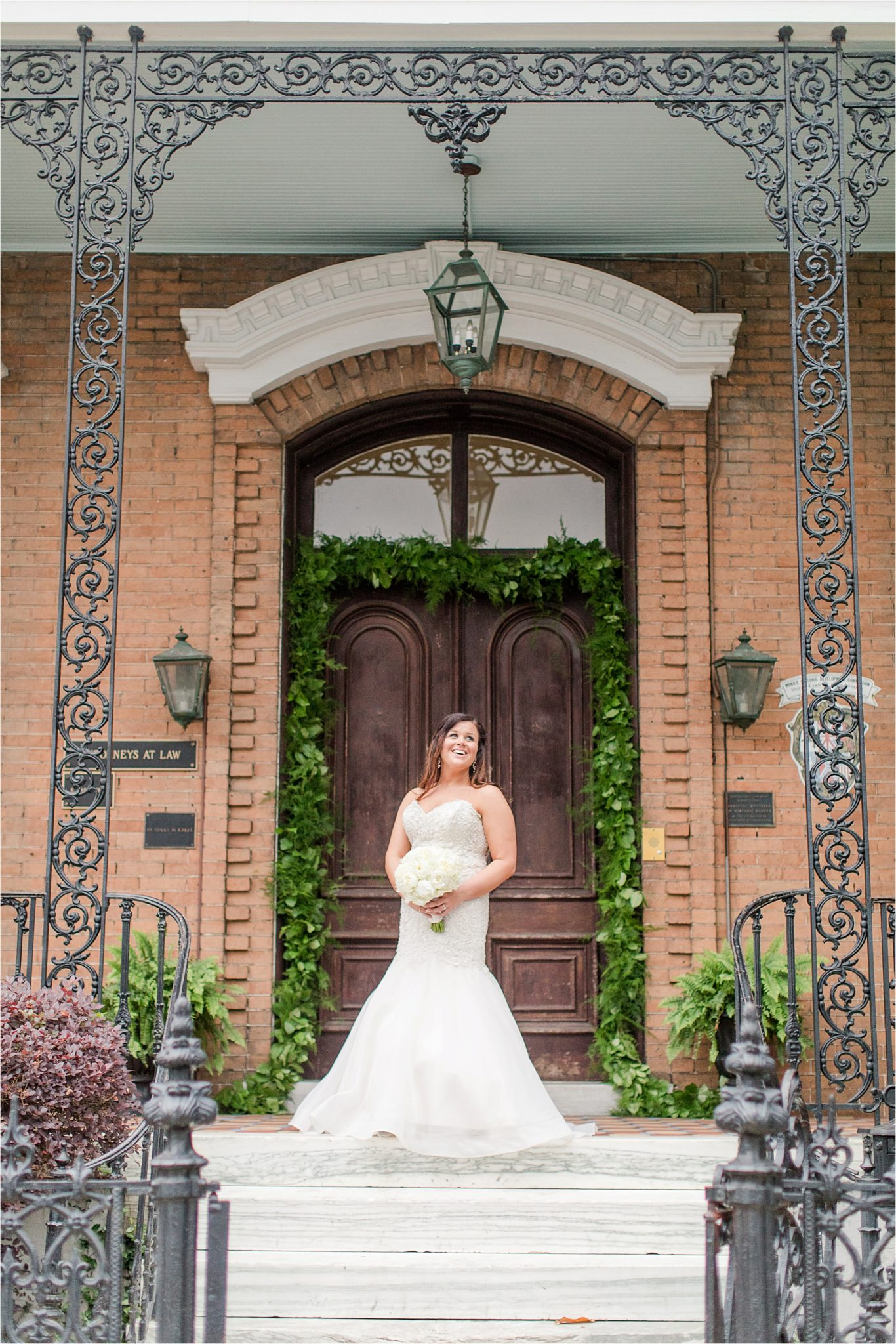 mermaid cut dress-white roses-wedding day photos-bridal photos